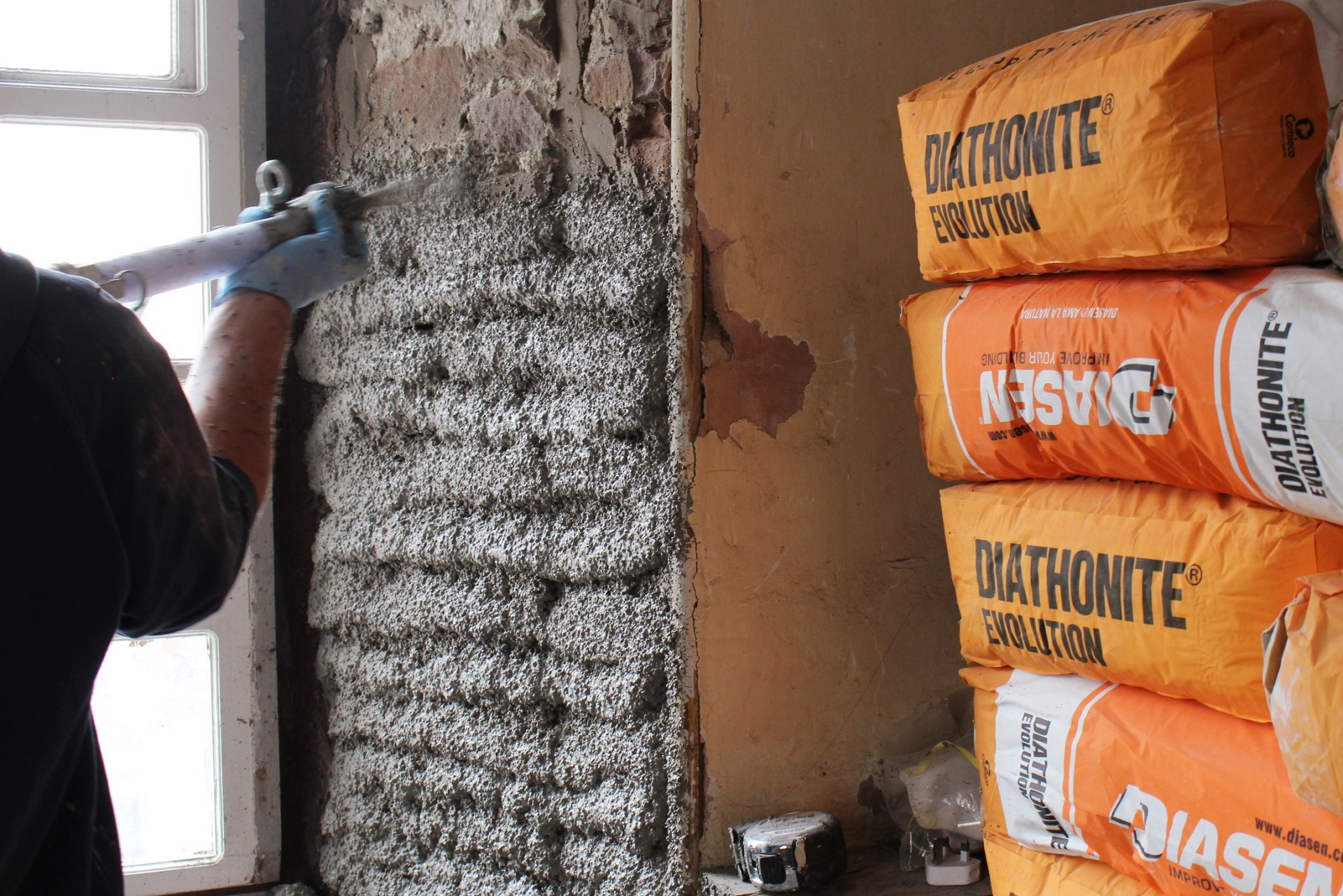 Spraying Diathonite Evolution cork lime thermal plaster internally - news